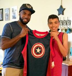 Com o filho Joshua, ganhando presente de Dia dos Pais: basqueteiro super-herói. Foto: arquivo pessoal