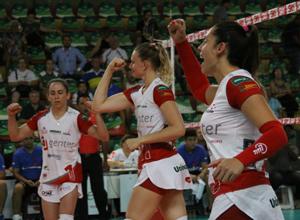 Thaisinha, Valquiria e Bruna celebram mais um ponto. Fotos: Neide Carlos/Vôlei Bauru