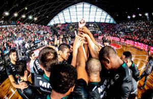#finaisNBB Bauru celebra vitória no jogo 4