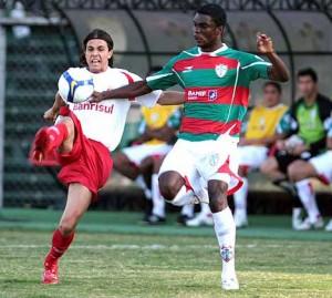 Em ação pela Lusa, em 2008, marcando o colorado Nilmar, em partida do Brasileirão
