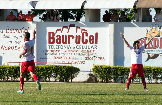 Jogadores comemoram o gol da vitória