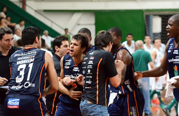 Jogadores e comissão técnica vibram: classificados! Foto: Caio Casagrande/Bauru Basket