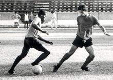 Encarando o colega Julinho, em treino no Alfredão