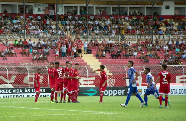 Com o forte calor, o bom público se concentrou na parte coberta do estádio. Foto: Divulgação