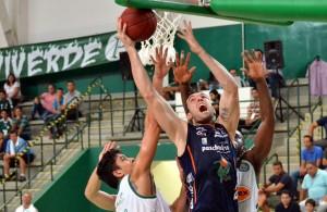 Murilo briga no garrafão, durante derrota bauruense. Foto: Caio Casagrande/Bauru Basket