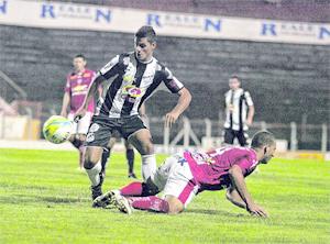 Lance da partida. Na foto acima, Aranha não evita segundo gol. Fotos de JB Anthero/Gazeta de Limeira