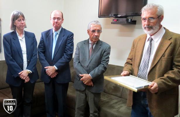 Assessor de imprensa da Câmara, Adão Nereu faz leitura do requerimento, observado pelos vereadores Telma Gobbi, Moisés Rossi e Faria Neto