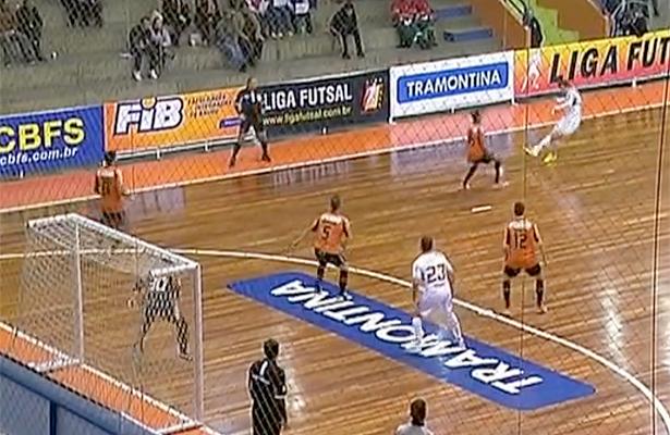 Lance do gol de Léo Bomfim (lá na foto do topo, ele comemorando). Imagens: reprodução Sportv