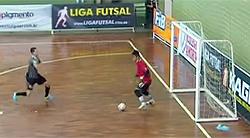 Lance do segundo gol corintiano: vacilo da defesa