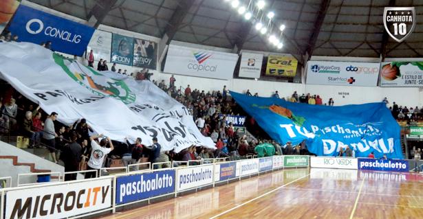 Bandeirões agitados da Loucos da Central e da Fúria: festa na Panela