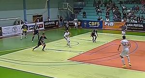 Lance com goleiro-linha: Bauru sempre correndo atrás do placar. Foto: Reprodução Sportv