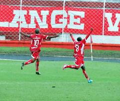 Marcelos Santos (10) comemora segundo gol com Luiz Azevedo. Fotos (incluindo topo): Sérgio Pais/GloboEsporte.copm