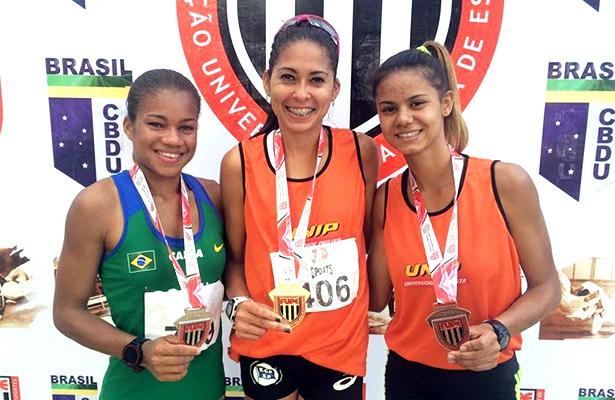 Evellin (primeira à esquerda), no pódio. Foto de Rodrigo Dario/Divulgação. Foto do topo: Divulgacão CBAt
