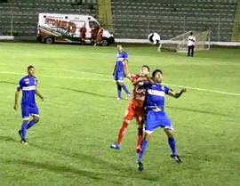 O franzino Everton disputa bola: tarefa ingrata. Fotos: Cristiani Simão/Jornada Esportiva