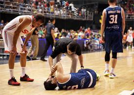 Ricardo machuca o joelho e preocupa para a decisão...