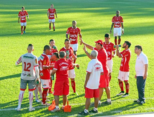 Vitão conversa com o time na parada técnica: haja conversa. Fotos: Bruno Freitas/EC Noroeste