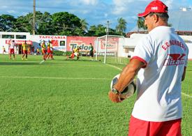 Vitão já chegou pondo a mão na massa. Fotos: Bruno Freitas/EC Noroeste