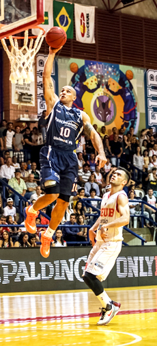 O Capitão América roubou a bola e voou ao encontro do aro. Fotos: Caio Casagrande/13 Comunicação/Bauru Basket