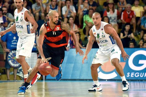 Alex, o interminável, disputa bola com Marquinhos, que cansou
