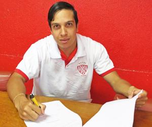Caio assina contrato. Foto: Bruno Freitas/Noroeste